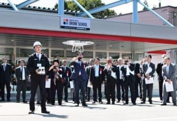 新潟上越ドローンスクールの開校式典で披露されたドローンのデモ飛行=23日、上越市