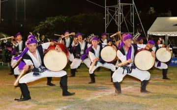 迫力のある演舞で観客をくぎ付けにした浦西青年会=23日午後、浦添運動公園陸上競技場(落合綾子撮影)