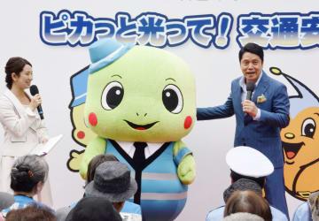 高齢者向けの交通安全イベントに参加した峰竜太さん(右)ら=24日午後、東京都豊島区