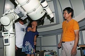 【天体望遠鏡で月や土星などを見る星空観察会の参加者(和歌山県みなべ町谷口で)】