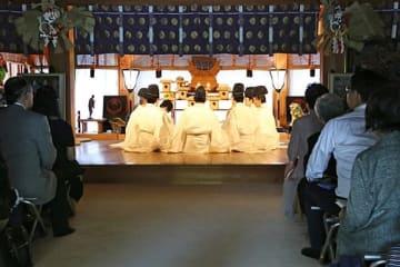 【神社の拝殿で短歌が披露された「熊野本宮献詠披講式」(和歌山県田辺市本宮町で)】