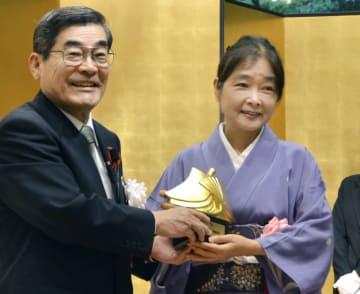 第28回紫式部文学賞を受賞した歌人水原紫苑さん(右)=24日午後、京都市