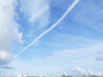 那覇の空に、ひと筋の雲。撮影時は晴れてましたが、台風24号の進路が気になります。