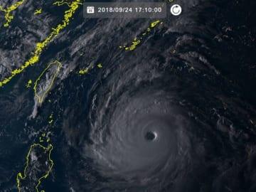 台風24号(24日17時10分現在、ひまわり8号リアルタイムWebから)