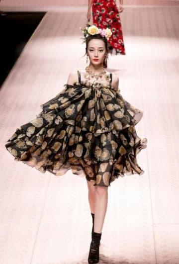 ウイグル人女優ディリラバの際立つ美貌、ドルチェ&ガッバーナの新作ドレスでショーモデルに―中国