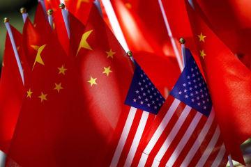 中国旗と米国旗=16日、北京(AP=共同)