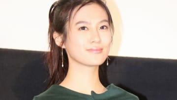 映画「3D彼女 リアルガール」の公開記念舞台あいさつに登場した恒松祐里さん