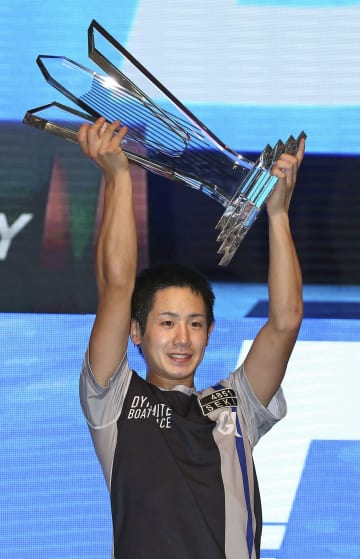 第5回ヤングダービーを制し、表彰式でトロフィーを掲げる関浩哉=ボートレース浜名湖