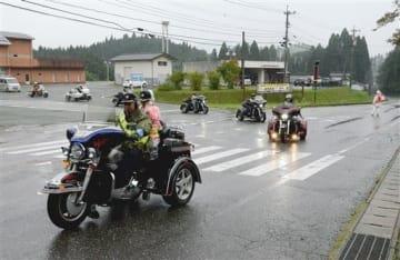 雨の中、交通安全を訴えてパレードする「肥後ハーレー会」=山都町