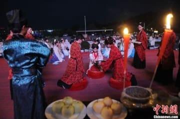 月餅に火龍の舞、さまざまな風習で中秋節を迎える―中国