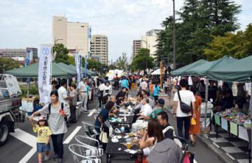 歩行者天国になった中央大通りで飲食やライブを楽しむ市民ら(24日午後1時15分、大津市京町3丁目)