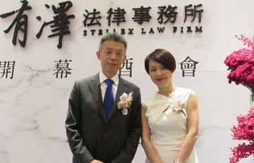 (左から)有澤法律事務所の劉志鵬氏と黄馨慧氏=21日、台北(NNA撮影)