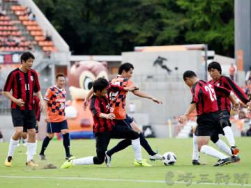 前半、大宮の西村卓朗さん(中央奥)と浦和の堀之内聖さんが競り合う=NACK5スタジアム大宮