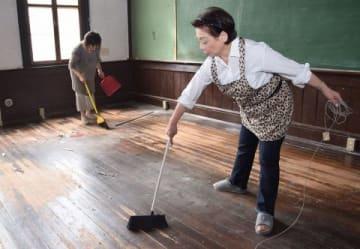 110年の歴史と思い出がつまった本館を掃除する同窓生ら