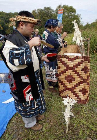 忠別川河川敷で行われたサケを迎える儀式「カムイチェプノミ」