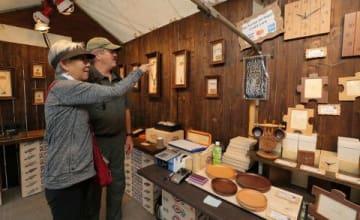 阿寒湖温泉地区の工芸家の作品が並んだ即売会