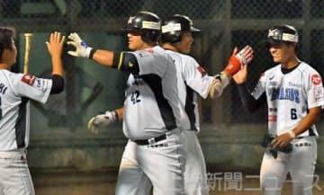 福井―群馬 5回表群馬2死一、三塁、逆転3点本塁打を放ち、仲間と喜ぶカラバイヨ(左から2人目)=前橋市民