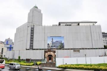屋外広告物とみなされ、小さくして掲げられた横浜税関本関庁舎の外観写真=21日、横浜市中区