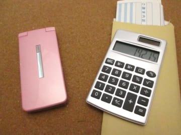 総務省が発表した「電気通信サービスに係る内外価格差調査」によって、日本の携帯料金が世界的に見て高額で高止まりが続いていることが明らかになった。サービスの質を維持したままでどのくらいの引き下げが実現できるのが注目していきたい。
