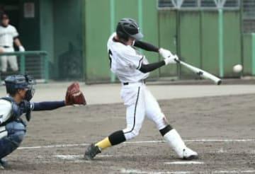 【津久見―鶴城】4回裏津久見、近藤が左前適時打を放つ=臼杵市民球場