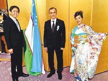 友好つなぐ桜の振り袖 ウズベキスタンをイメージ サクラパックスが制作