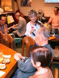 生バンドの伴奏で熱唱する石井順子さん(中央)=神戸市中央区北長狭通1