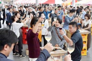 「ワイン福井2018」で乾杯する来場者たち=9月24日、福井県福井市のハピテラス