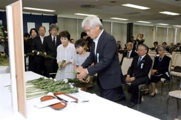 献花台に花を供える献眼者の遺族ら=熊本市東区