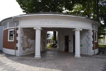 十和田市官庁街の桜の広場に立つ通称「1億円トイレ」。ふるさと創生1億円で建てられたと思っている市民は多いが…