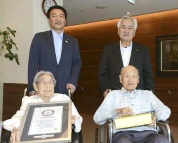 高松市の大西秀人市長(後列左)の表敬訪問を受けた松本政雄さん(前列右)とミヤ子さん=25日午前、高松市