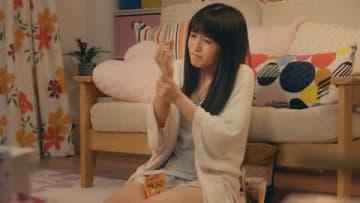 逢田梨香子さんが出演する「56g 亀田の柿の種 タネザック」のウェブCM「ザクザクッ」編