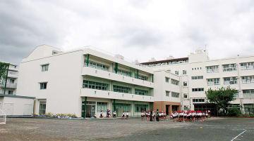 左手前の建物が新校舎