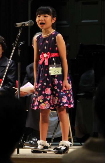 グランプリに輝き、表彰式で歌声を披露する岩崎さん=佐世保市、市民文化ホール