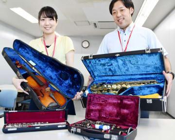 市民から寄せられているバイオリンやフルートなどの楽器=松戸市