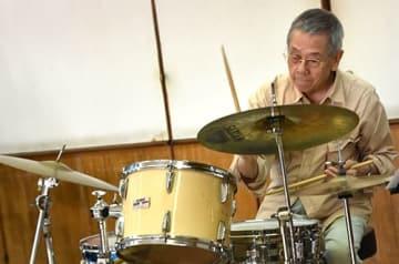 83歳ドラマー、世替わり刻み 金城吉雄さん 沖縄ジャズ界のパイオニア
