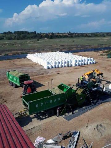 ロシア沿海地方の農場で生産されたコーンサイレージ(奥)=薪燃コーポレーション提供