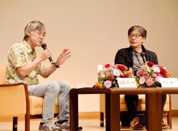 坊っちゃん文学賞の歩みを振り返る高橋源一郎さん(左)と中沢新一さん=24日午後、松山市道後公園