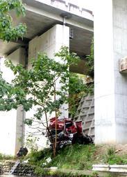 中国自動車道のガードレールを突き破り、約20メートル転落したトラック=25日午前8時7分、兵庫県佐用町口金近