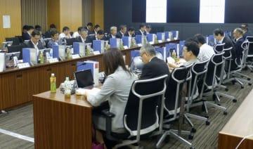 南海トラフ巨大地震の防災対応を議論する中央防災会議の有識者会合=25日午前、内閣府