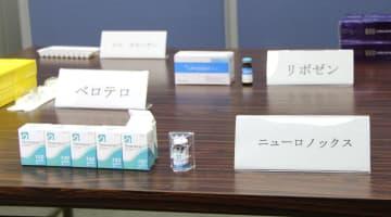 大阪府警が押収した韓国製医薬品「ニューロノックス」(手前)=25日