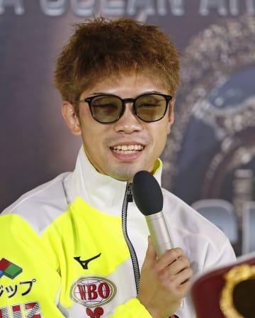 世界3階級制覇から一夜明け、記者会見するWBOフライ級王者の田中恒成=25日、名古屋市