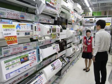 家電量販店のエアコン売り場=7月、東京都豊島区のビックカメラ池袋本店