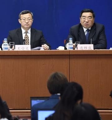 記者会見する中国の王受文商務次官(左)と国家発展改革委員会の連維良副主任=25日、北京(共同)