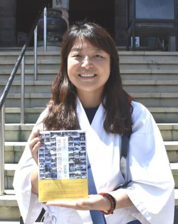 出版した著書を手にする崔さん=小松島市立江町の19番札所・立江寺