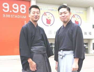 国体総合開会式で模範試合を披露する川崎文義名人(右)と三好輝明八段=9月16日、福井県福井市の9・98スタジアム前