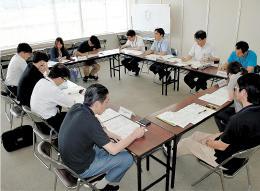 鳥取中部地震の被災者の生活再建を目指し、関係者が世帯ごとに対応を検討したケース会議=鳥取県倉吉市の県中部総合事務所