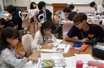 学習タイムで宿題をする子どもたち=多良木町