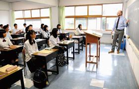 海星学院の模擬授業を体験する中学生ら