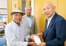 花の丘パークゴルフクラブの加藤オーナー(左)、室蘭パークゴルフ協会の上野顧問(中央)