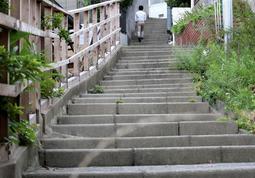 約350段続く急階段。幅の狭さが独特の雰囲気を醸し出す=神戸市東灘区住吉山手5
